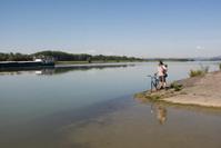 Radfahrer am Donaufluss in der Wachau