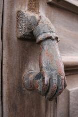 aldaba antigua con forma de mano