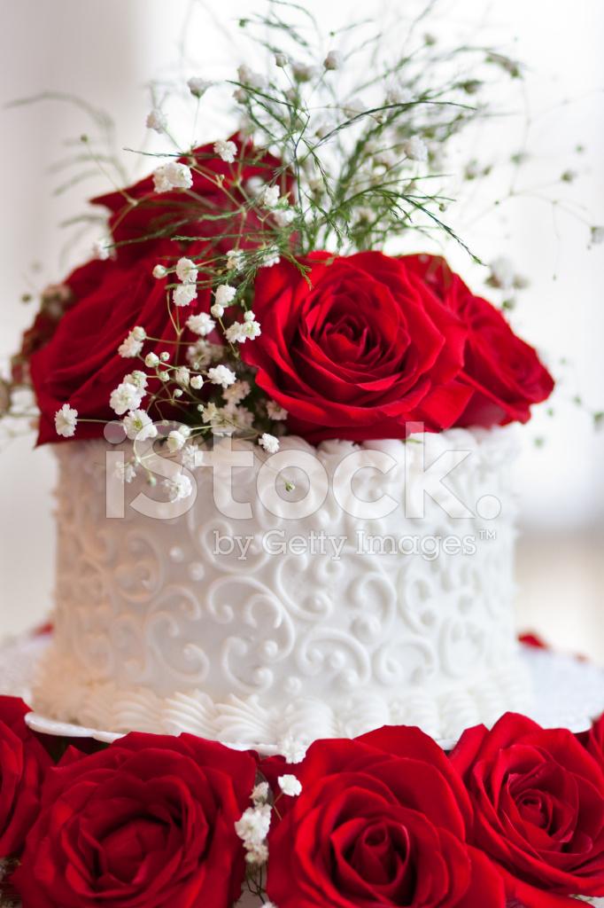 Rote Rosen Weisse Hochzeitstorte Oben Hautnah Stockfotos