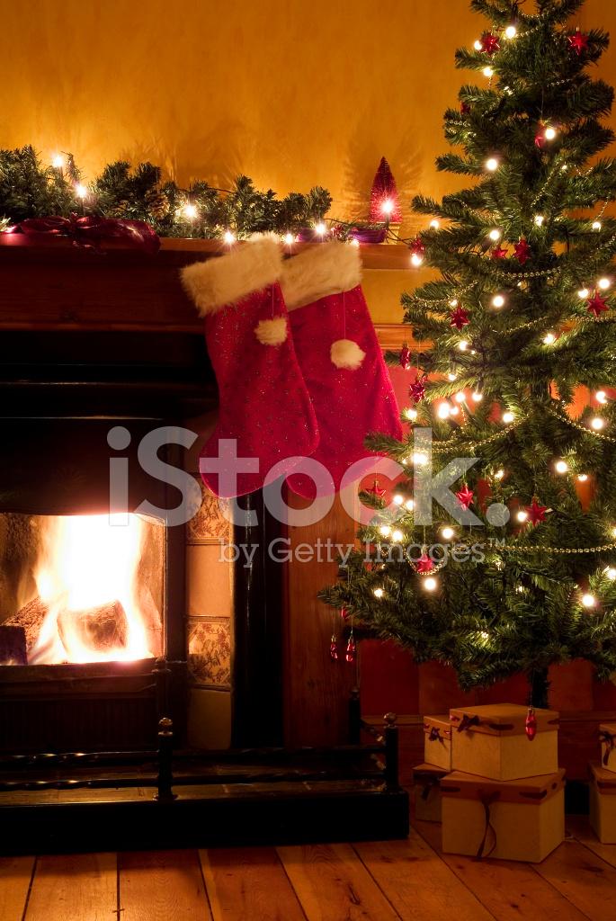 Traditionelle Weihnachts Szene MIT Zwei Strümpfe UND Baum WI ...