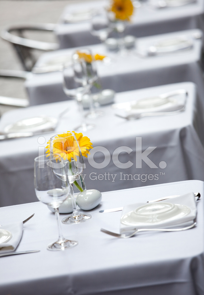 Fine dining restaurant table setting with yellow flower & Fine Dining Restaurant Table Setting With Yellow Flower Stock Photos ...