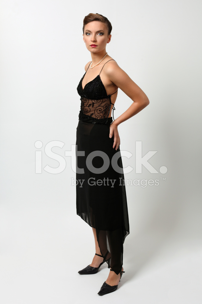 Mujer morena vestida de negro