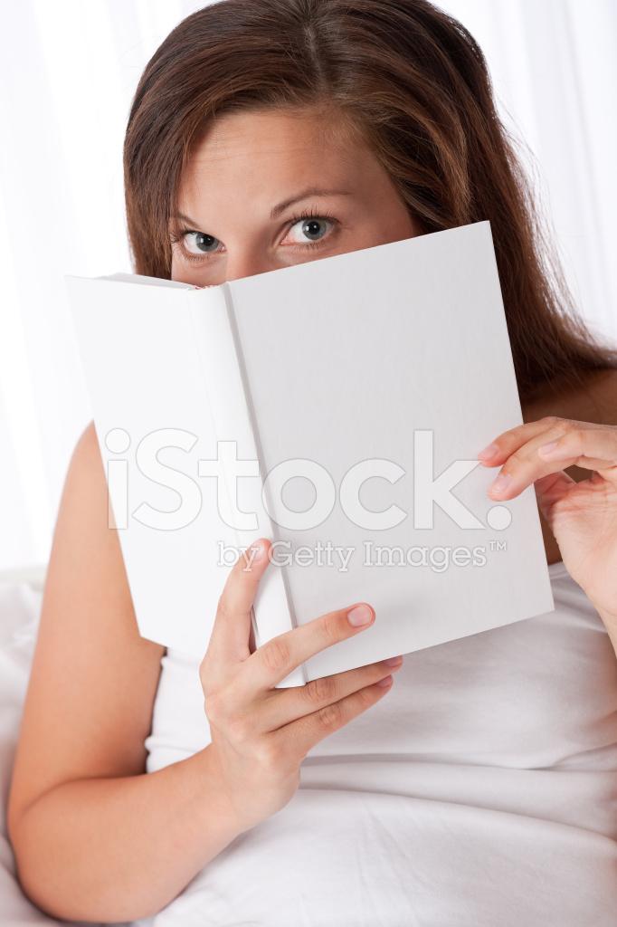 Witte Slaapkamer: Vrouw Gluren Over Boek Stockfoto\'s - FreeImages.com