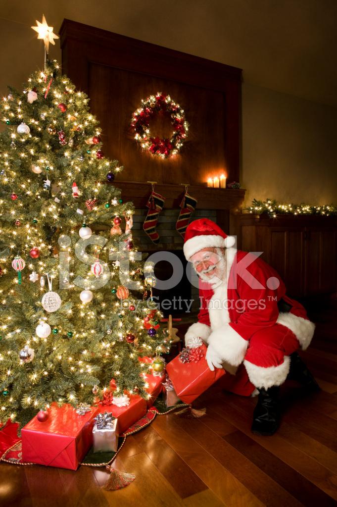 Albero Di Natale E Babbo Natale.Albero Di Natale Decorato E Babbo Natale Con Regali Fotografie Stock Freeimages Com