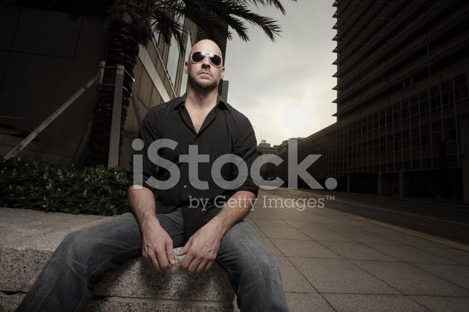 Stock Uomo In Con Città Sole Fotografie Da Calvo Occhiali qrBxw8Aq