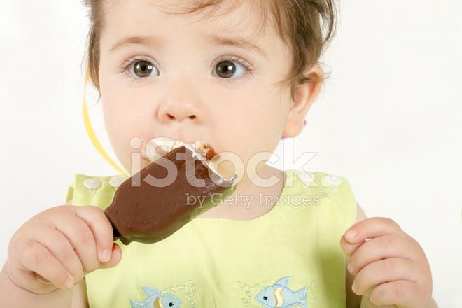 Meisje van de baby een mini ijs eten stockfotos freeimages.com