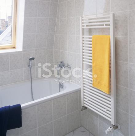 Badezimmer Rand MIT Kühler, Handtuch UND Stockfotos ...