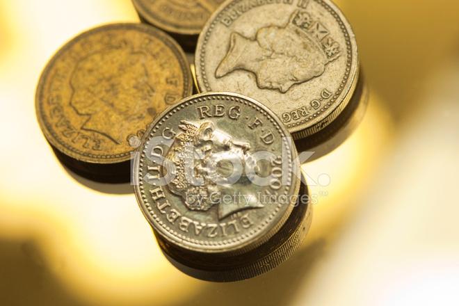 Ein Pfund Münzen Auf Einem Reflektierenden Hintergrund Stockfotos