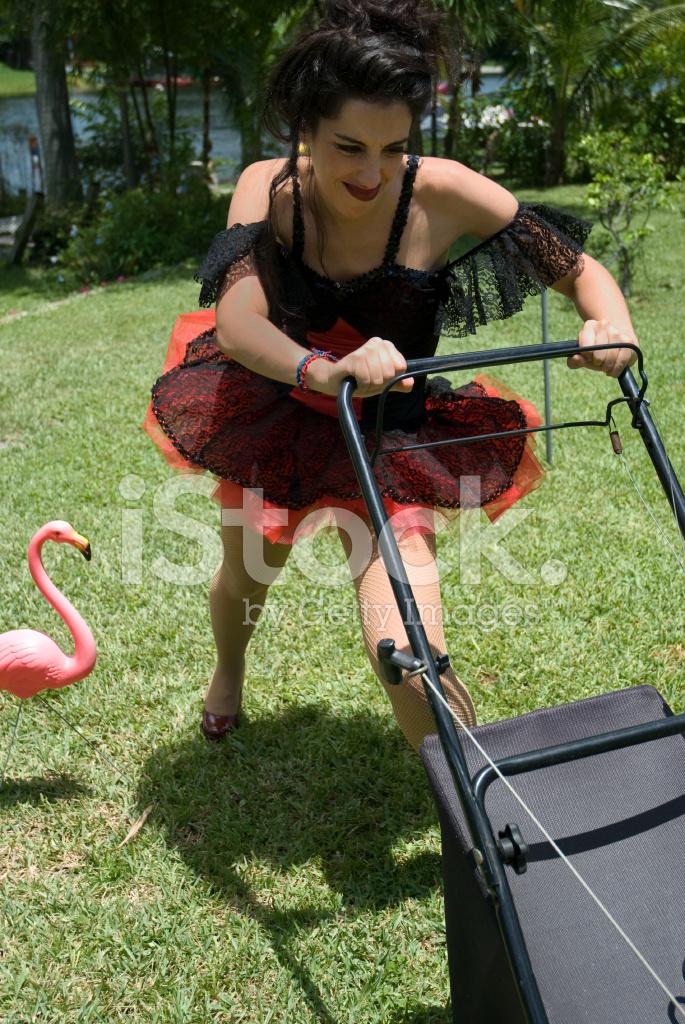 Femme en tutu tondre le gazon avec la tondeuse gazon for Tondre le gazon