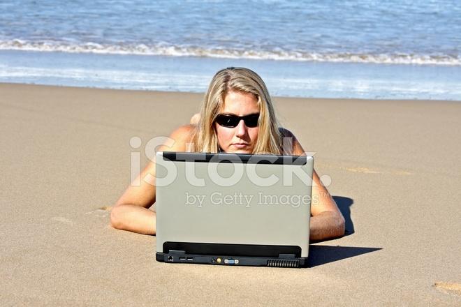 6da4ad69b2f7 Junge Blonde Frau, Die Arbeit AN Ihrem Laptop AM Strand Stockfotos ...