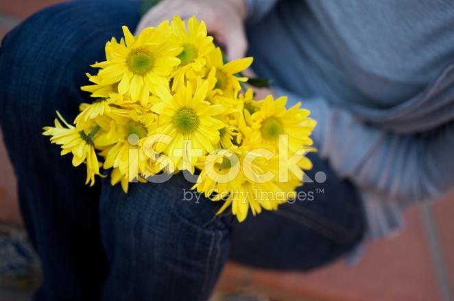 Фото цветов на коленях девушки