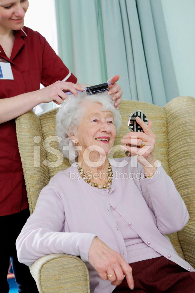 Enfermera pelo peinado para mujer senior en un hogar de cuidado