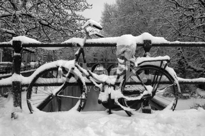 Bicicletta Coperte Di Neve In Inverno Bianco E Nero Xxl