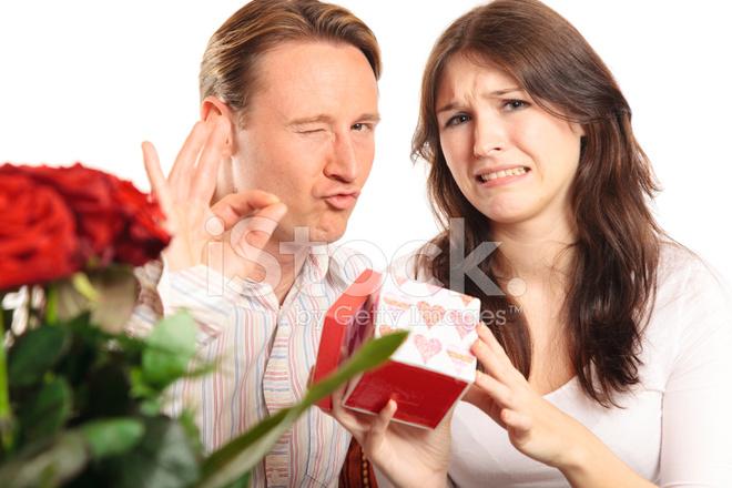 Valentinstag Paar Die Austausch Von Geschenken Stockfotos