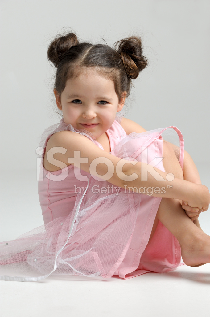Klein meisje zitten stockfoto 39 s - Kleine teen indelingen meisje ...