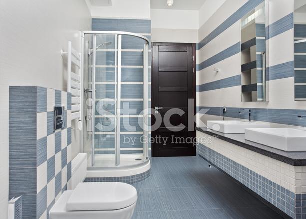 Salle de bains moderne dans des tons bleu et gris avec cabine de