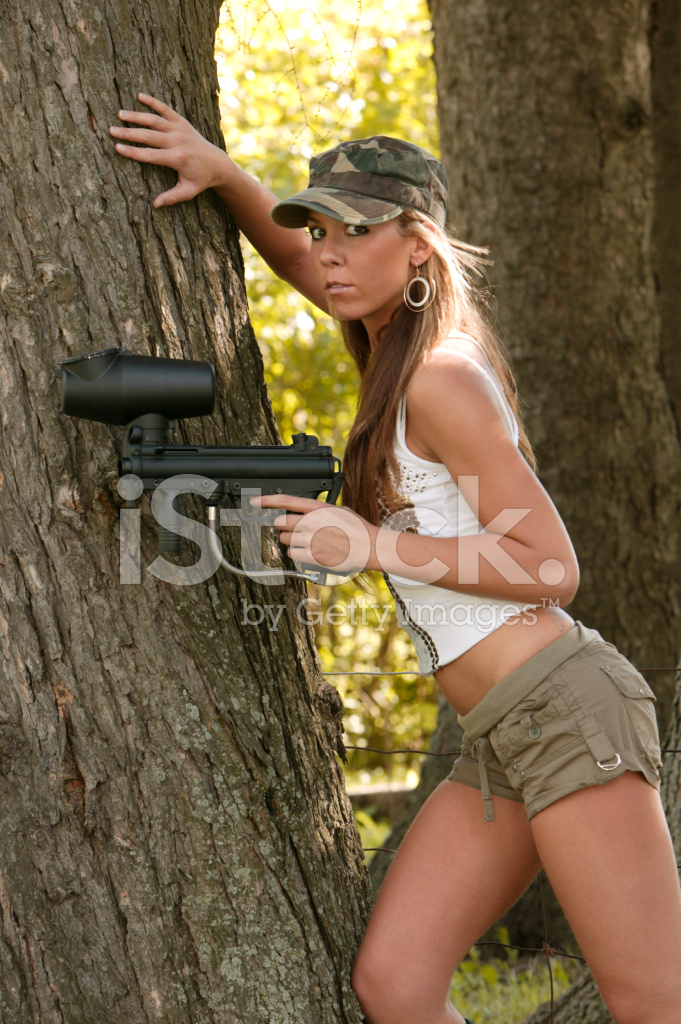 Paintball sexy, naked white muscle girl