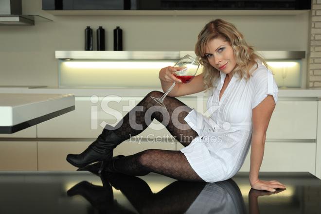 Эротика девицы на кухонном столе  (эротика)