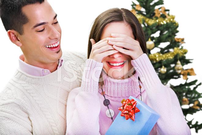Jeune Homme Donnant Cadeau De Noël à Sa Femme Photos