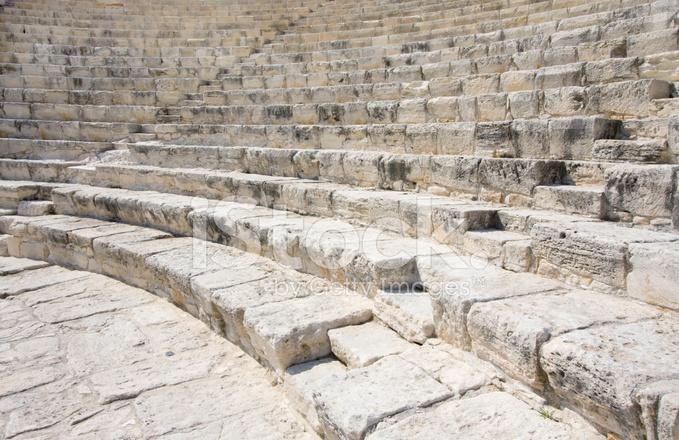 escalones de piedra y bancos del antiguo anfiteatro romano griego curvados