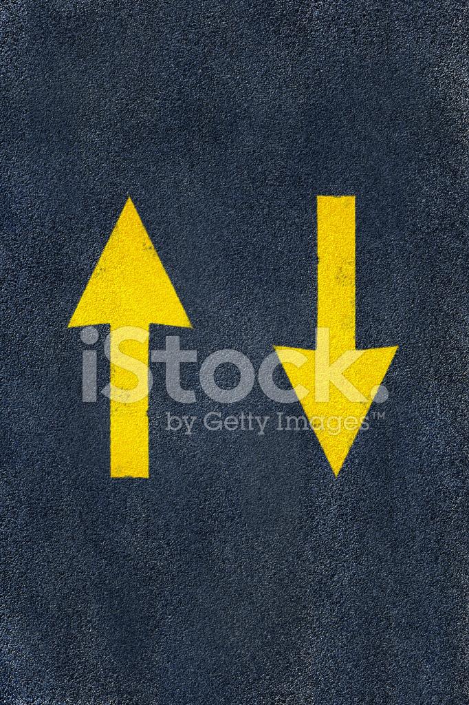 Yol Asfalt üzerinde Ok Işareti Sarı Stok Fotoğrafları Freeimagescom