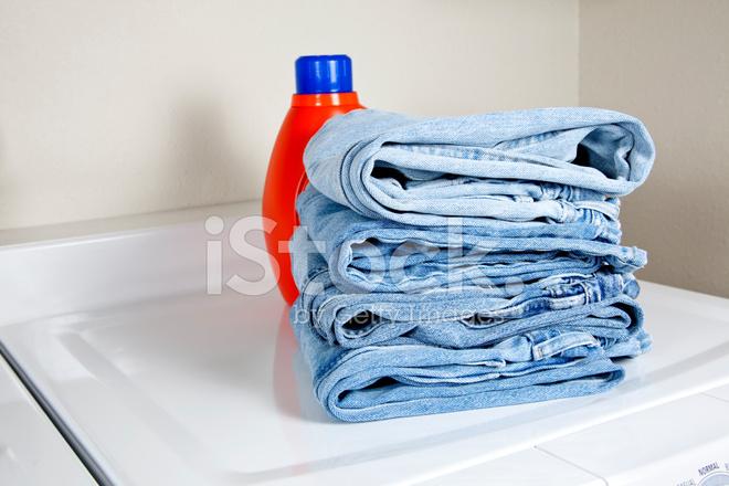 Stack denim jeans auf trockner mit waschmittel flasche xxxl