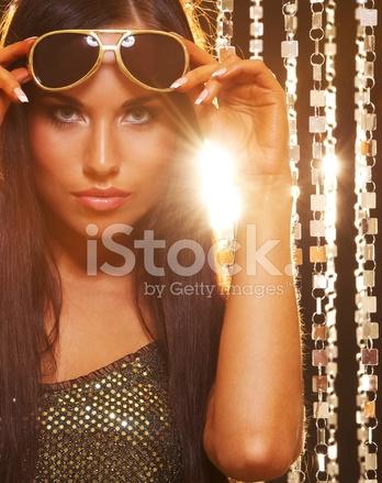 50071c087f Morena Atractiva En Gafas DE Sol Sobre Cortinas DE Oro Fotografías ...