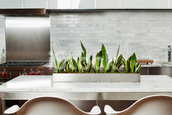 moderne k chendesign mit marmor arbeitsplatte edelstahl ste stockfotos. Black Bedroom Furniture Sets. Home Design Ideas