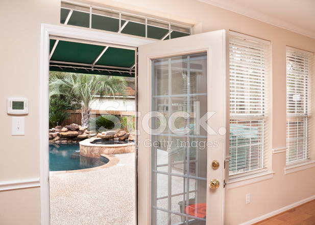 Interieur achterdeur tot terras en zwembad stockfotos freeimages.com