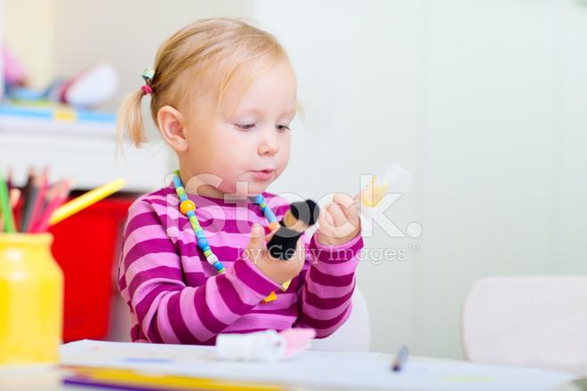 Peuter meisje spelen met speelgoed van vinger stockfotos