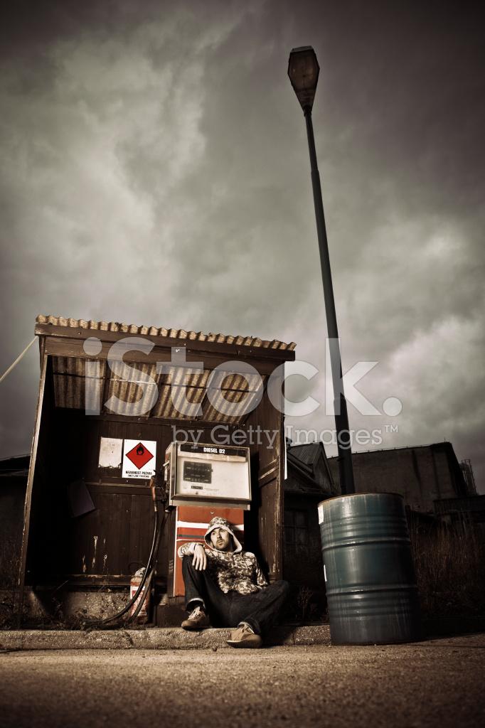 Homem Deprimido Sentado No Posto De Gasolina Abandonado Fotos Do Acervo Freeimages Com