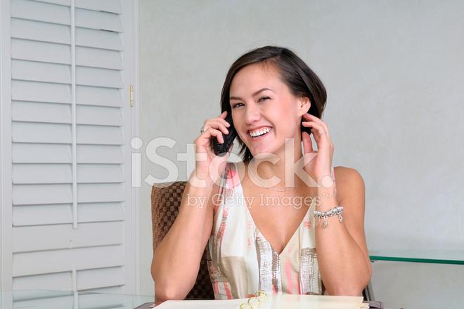 Employé de bureau jeune réceptionniste au téléphone photos
