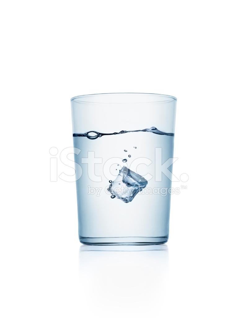 Ice Cube In Een Glas Water Stockfotos Freeimagescom