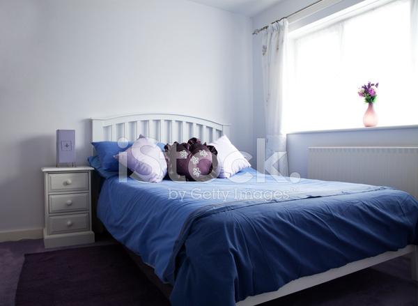 Camere Da Letto Viola : Camera da letto viola con luce naturale fotografie stock