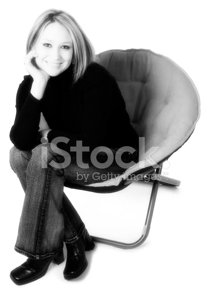 Девушка позирует в кресле фотографии — photo 10
