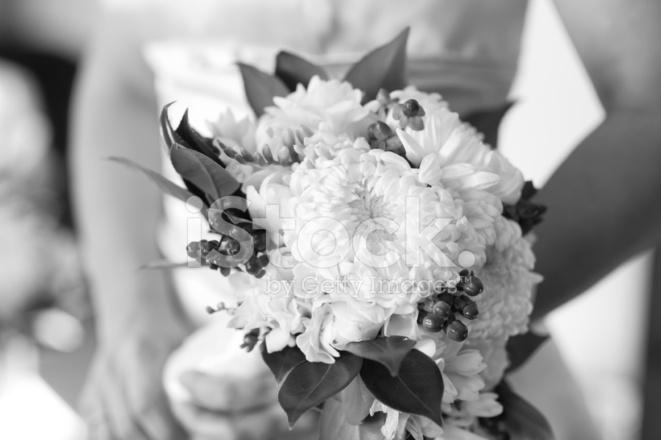 Bouquet Sposa Nero.Sposa Tiene In Bianco E Nero Di Bouquet Di Fiori Fotografie Stock Freeimages Com