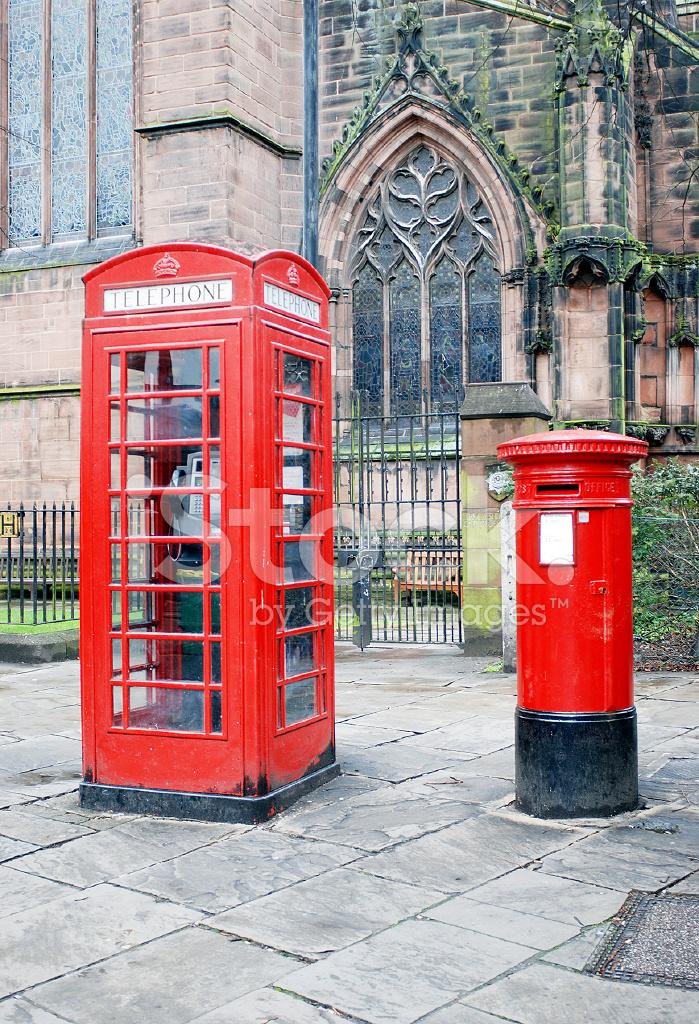 Cabina de tel fono roja t pica y buz n de correos en for Telefono oficina de correos