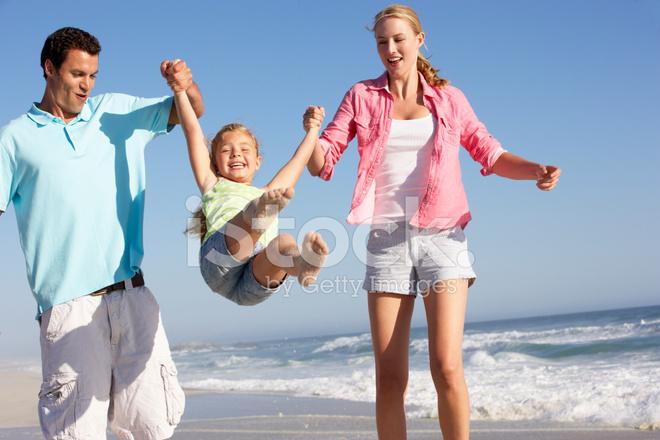 Развлекается молодая семья