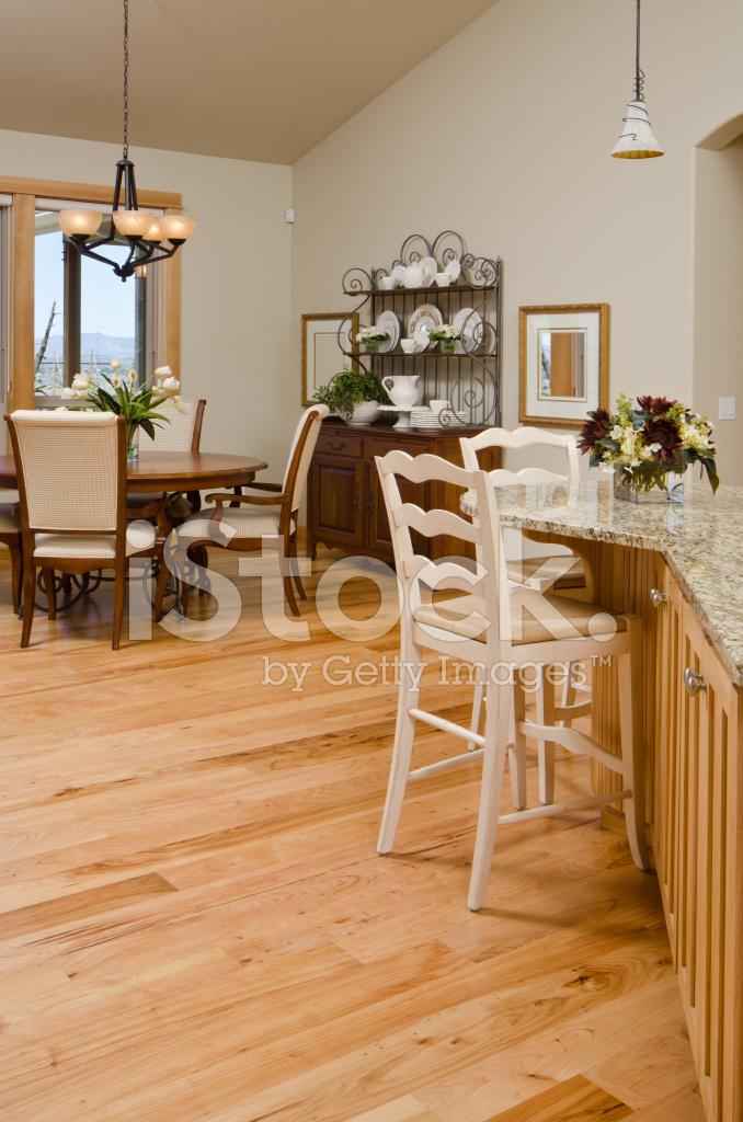 Moderna sala da pranzo con pavimenti in legno fotografie for Sala pranzo moderna