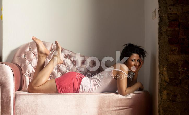 Сидя дома на диване для взрослых — photo 10