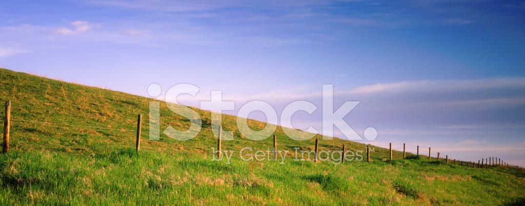 울타리와 푸른 하늘 배경 롤링 스톡 사진 - FreeImages.com