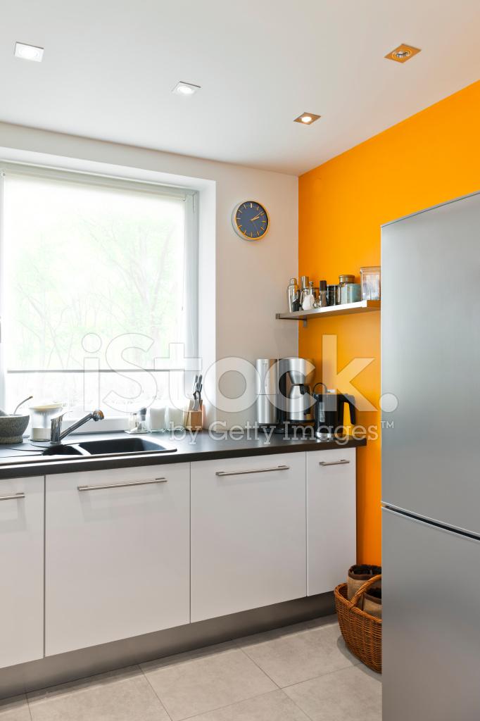 moderne keuken interieur met venster en oranje muur