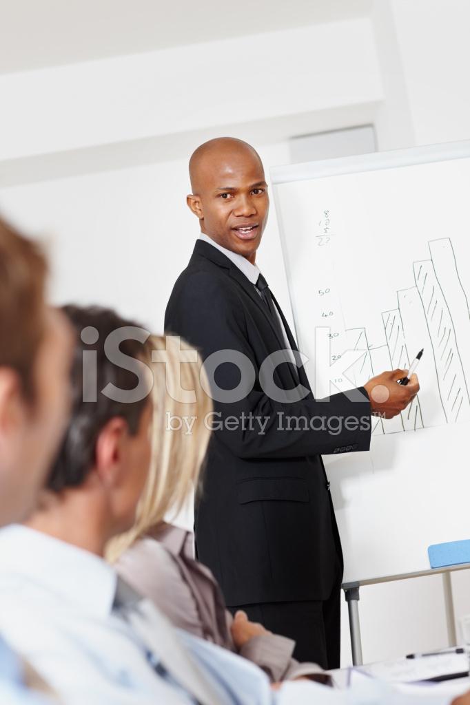 Hombre De Negocios Dando Presentacion A Asociados