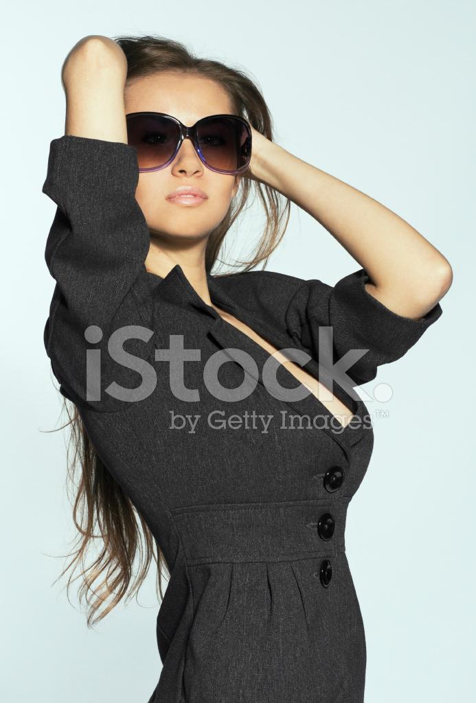 63337ba8fa Joven Mujer Morena Sexual Usando Gafas DE Sol Fotografías de stock ...