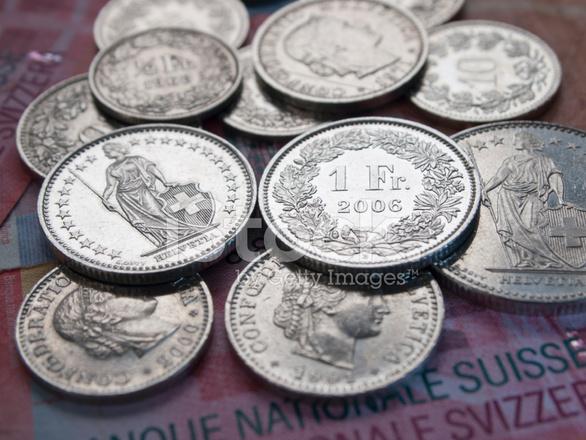 Shining Franken Münzen Auf 20 Schweizer Franken Banknoten Stockfotos