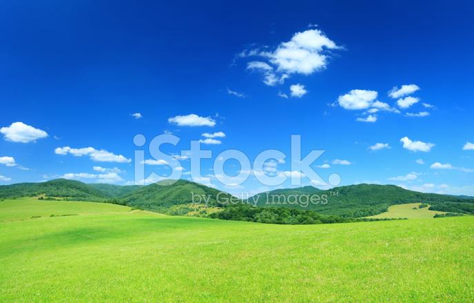 Paesaggio Di Campagna Prati Verdi Tra Le Colline Fotografie Stock