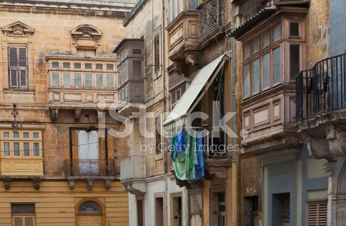 Typisch huis gevel met houten details in valetta stockfoto s