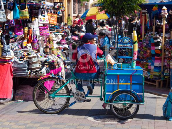 Mercado De Artesanías Tradicionales Ocupados En Otavalo Ecuador