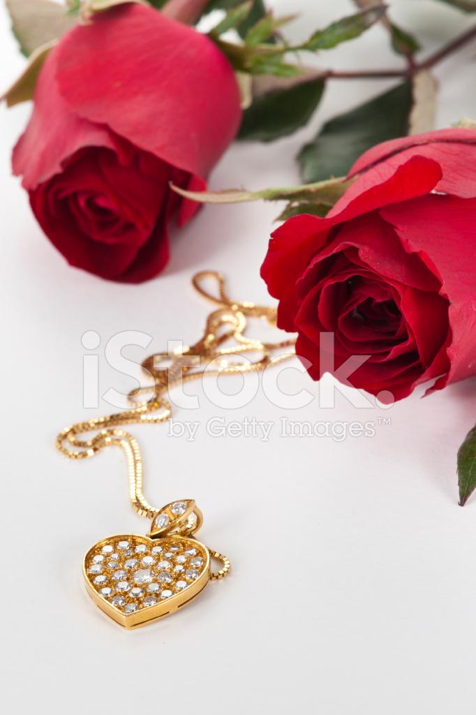 Herz Anhänger MIT Diamanten UND Rote Rose Auf Weißem Hintergrund ...