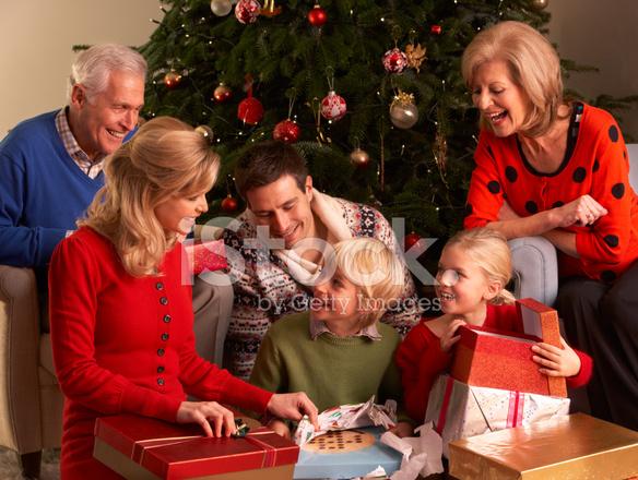 Regali Di Natale Famiglia.Tre Generazione Famiglia Apertura Regali Di Natale A Casa Fotografie